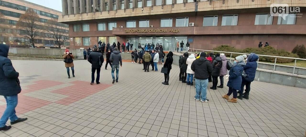 Под зданием Запорожского облсовета собираются на митинг молодые люди с покрышками, - ФОТО, фото-3