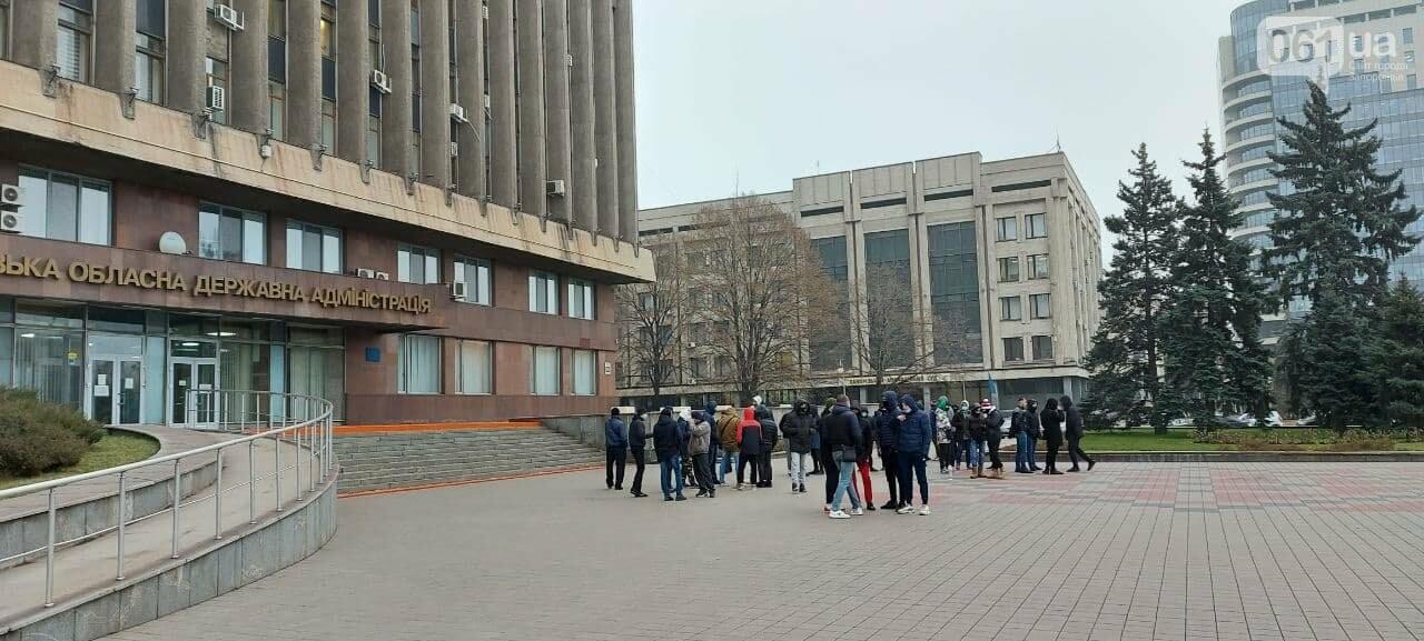 Под зданием Запорожского облсовета собираются на митинг молодые люди с покрышками, - ФОТО, фото-4