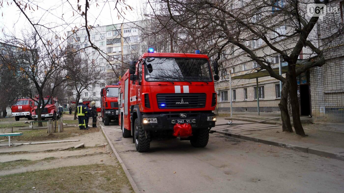 Пожар в запорожской девятиэтажке тушили 6 единиц техники и 22 спасателя, - ФОТО , фото-2