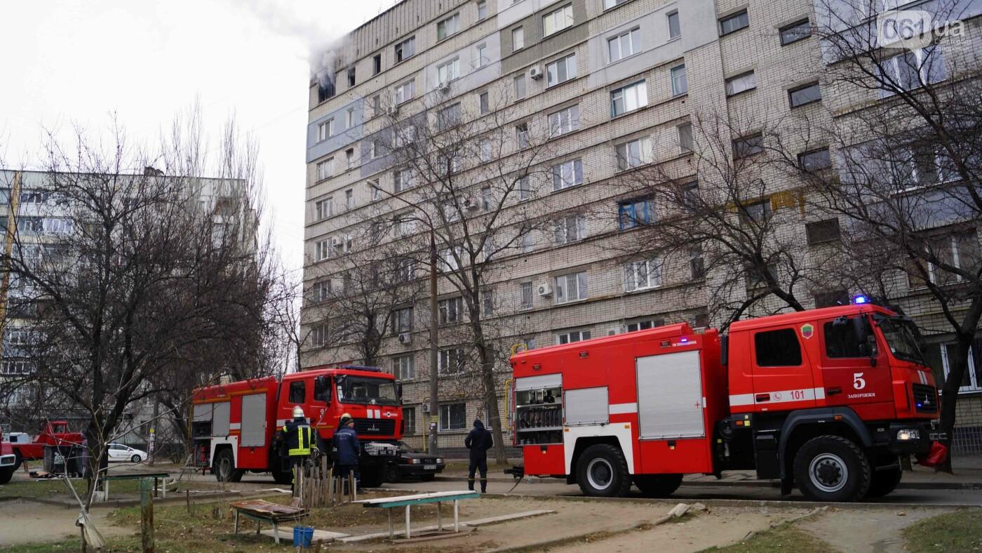 Пожар в запорожской девятиэтажке тушили 6 единиц техники и 22 спасателя, - ФОТО , фото-1