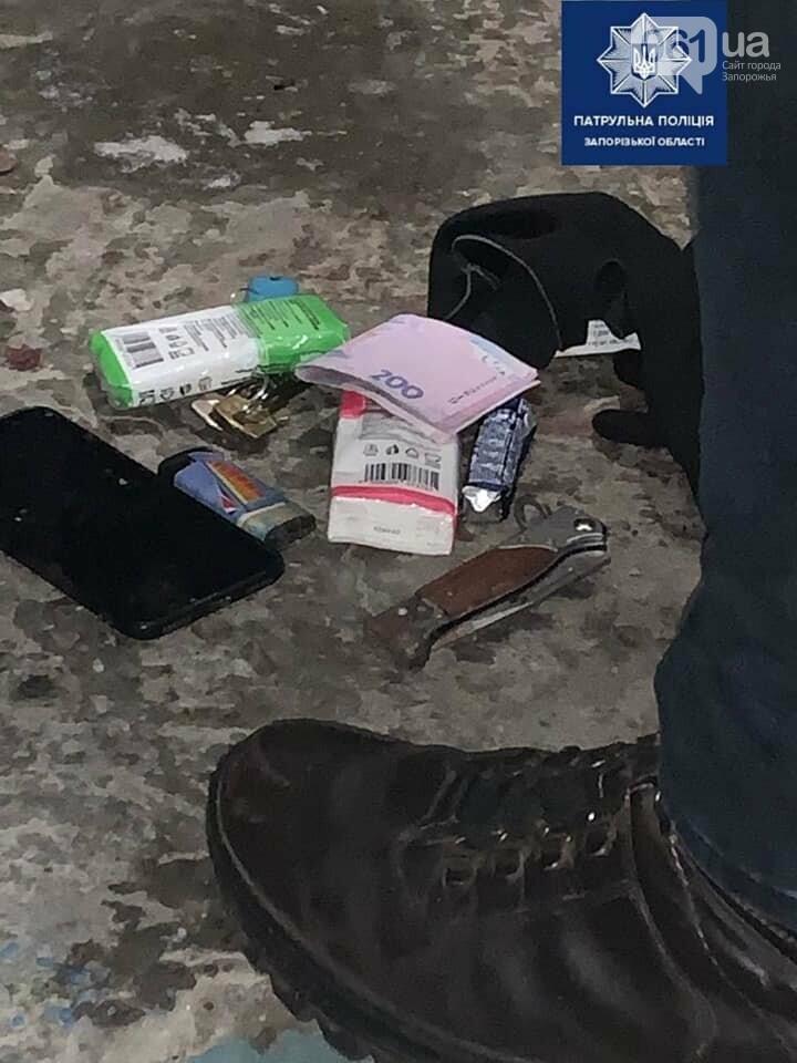 В Запорожье 17-летний парень поранил ножом патрульного  за то, что он сделал ему замечание, фото-1