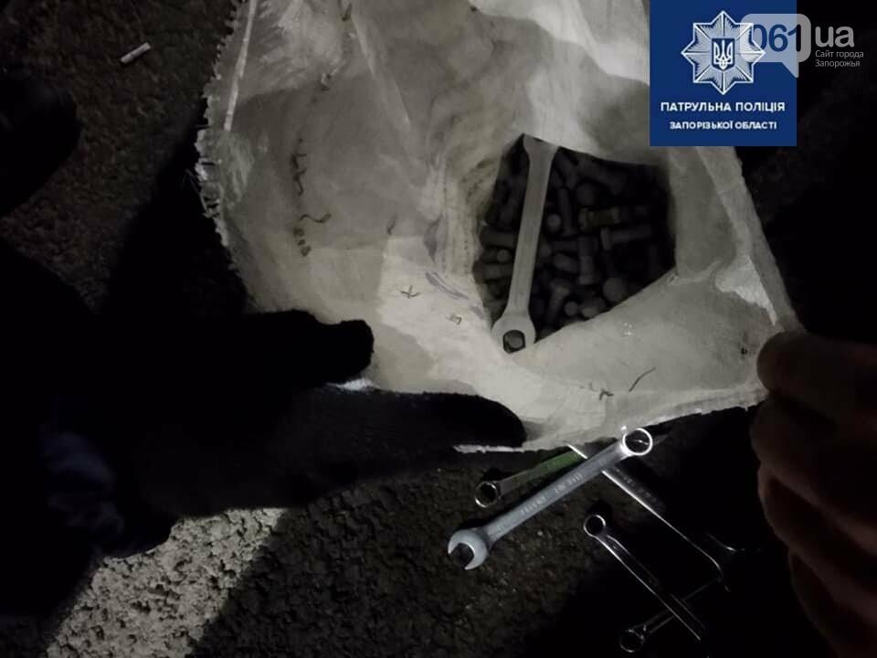 В Запорожье задержали мужчину с мешком болтов, которые он скрутил с балочного моста , фото-1