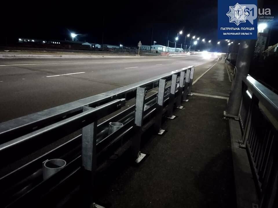 В Запорожье задержали мужчину с мешком болтов, которые он скрутил с балочного моста , фото-3