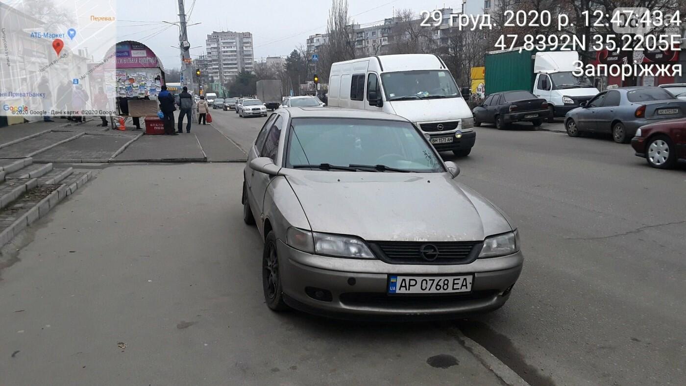 Знаки на меня не распространяются: водителю служебного авто госпредприятия выписали штраф за парковку в запрещенном месте  , фото-1
