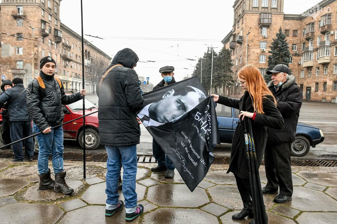 В Запорожье собирали подписи за возвращение звания Героя Украины Степану Бандере, - ФОТОРЕПОРТАЖ, фото-2
