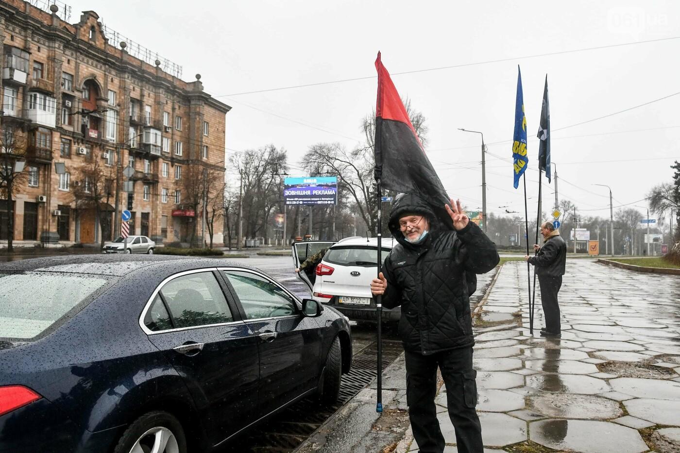 В Запорожье собирали подписи за возвращение звания Героя Украины Степану Бандере, - ФОТОРЕПОРТАЖ, фото-3