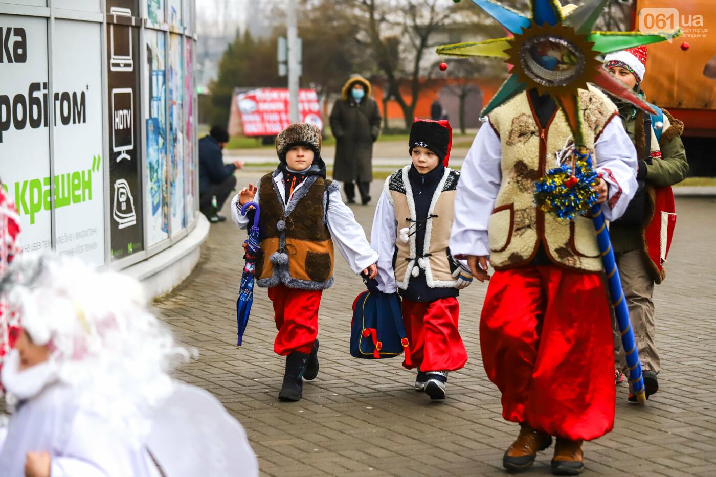 Нечистая сила против казаков: на улицах Запорожья показывали Рождественский вертеп, - ФОТО, ВИДЕО  , фото-4