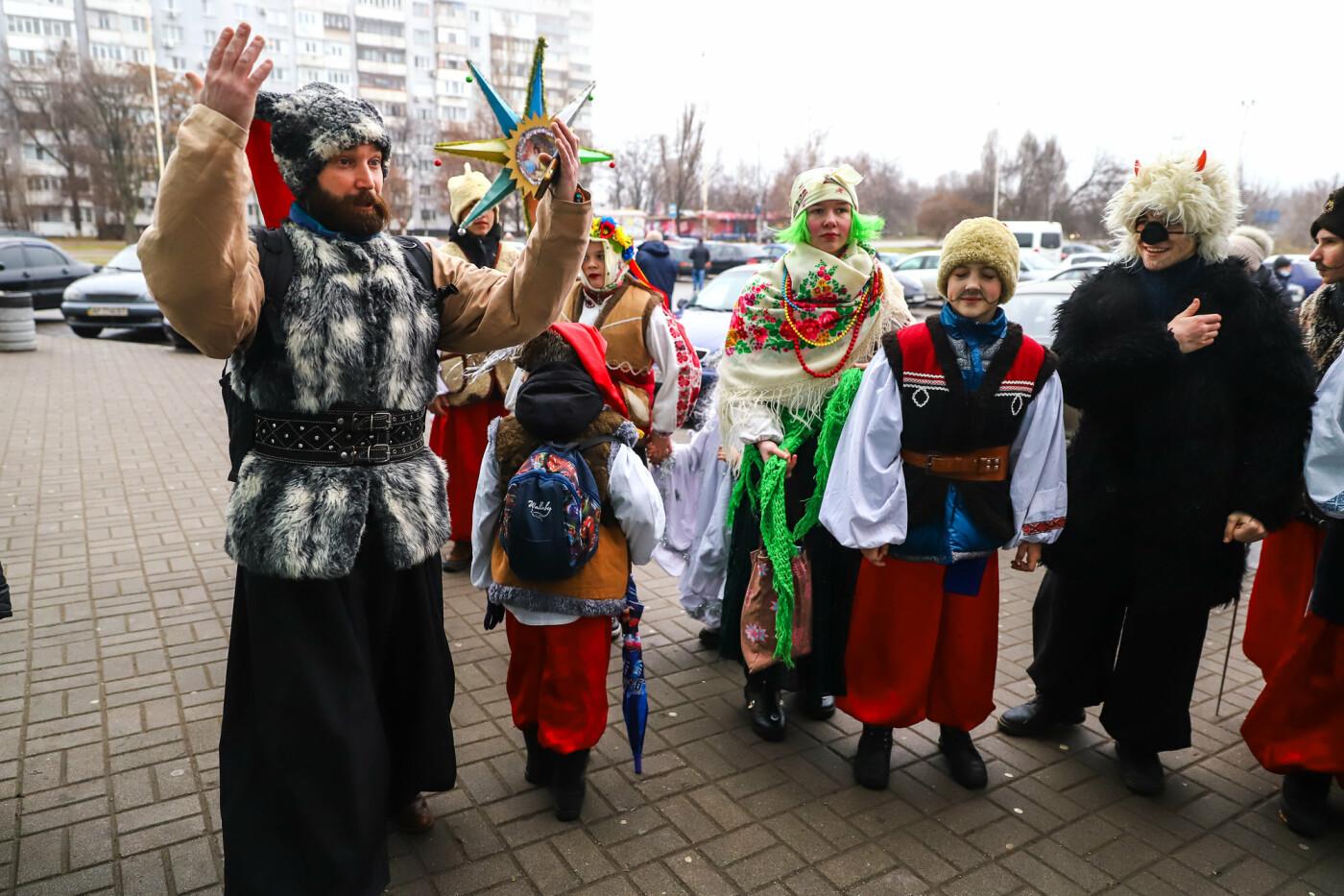 Нечистая сила против казаков: на улицах Запорожья показывали Рождественский вертеп, - ФОТО, ВИДЕО  , фото-5