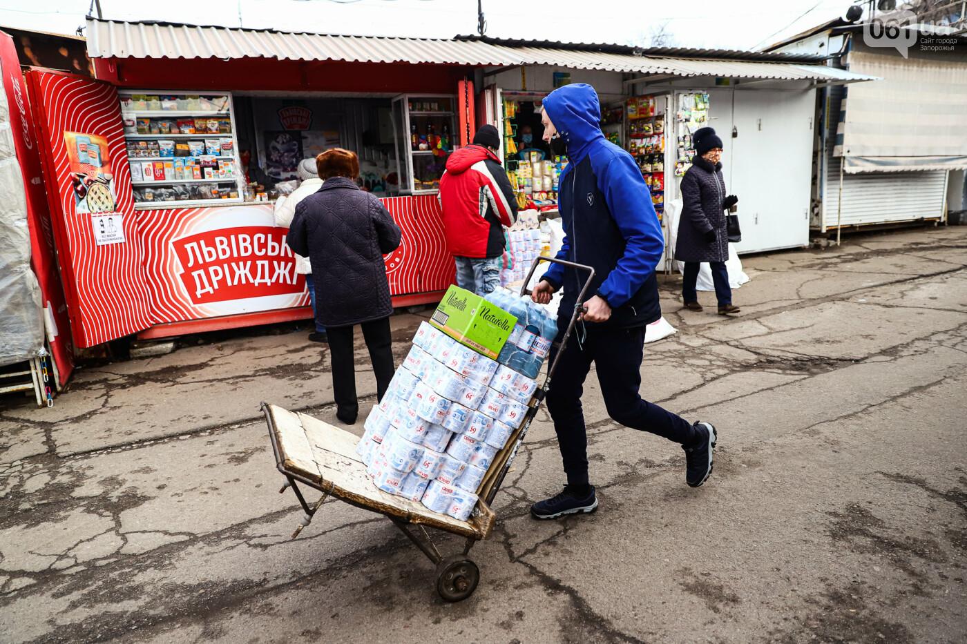 Защитные ленты на товарах, неработающие ТРЦ и полузакрытые рынки – фоторепортаж о первом дне локдауна в Запорожье, фото-12