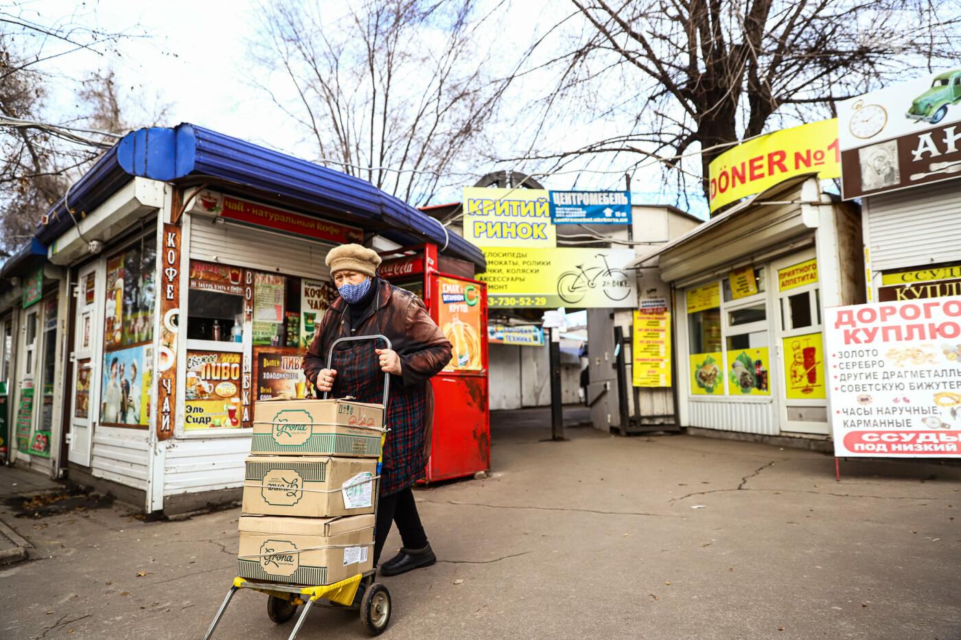Защитные ленты на товарах, неработающие ТРЦ и полузакрытые рынки – фоторепортаж о первом дне локдауна в Запорожье, фото-16