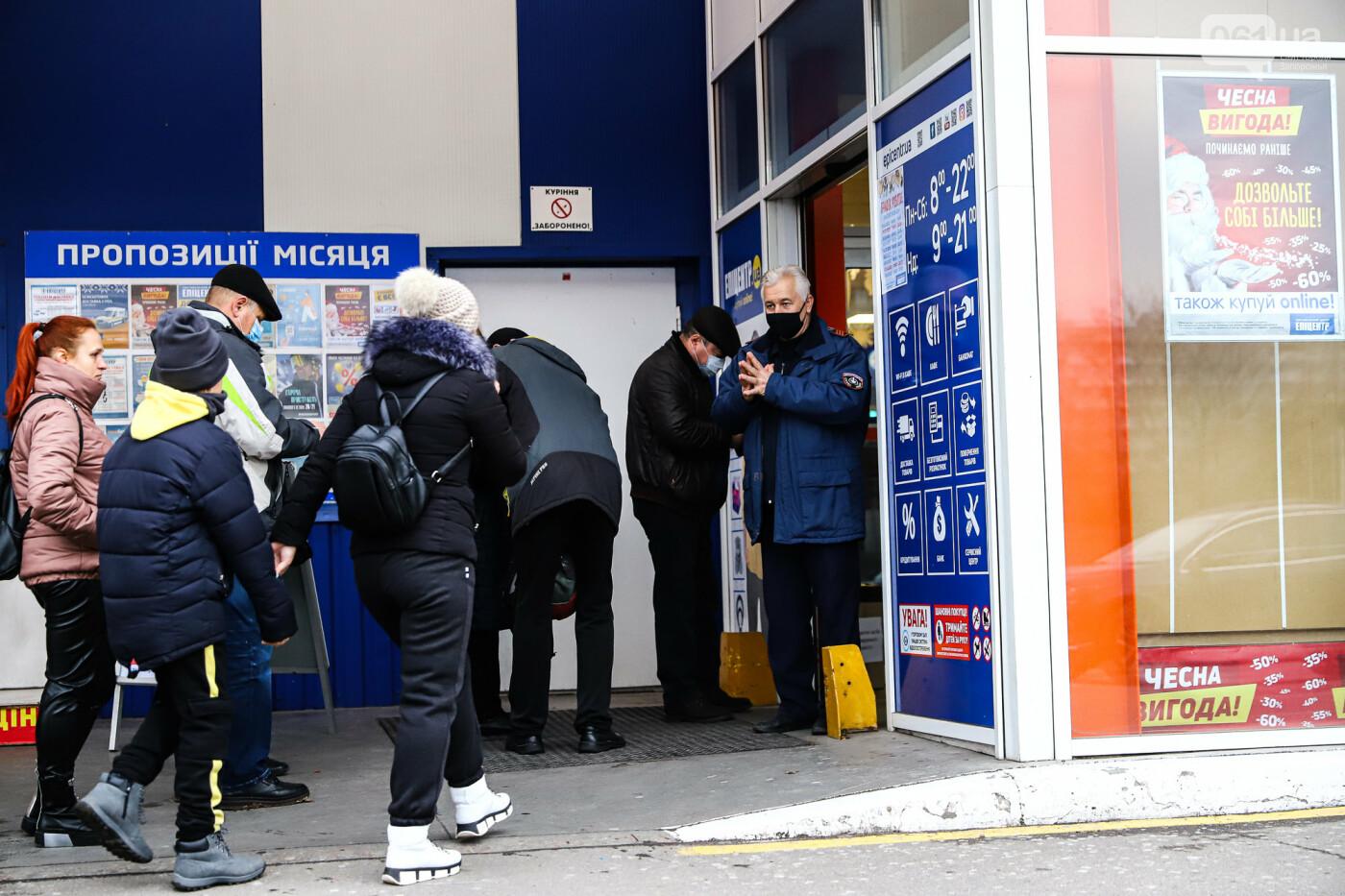 Защитные ленты на товарах, неработающие ТРЦ и полузакрытые рынки – фоторепортаж о первом дне локдауна в Запорожье, фото-36