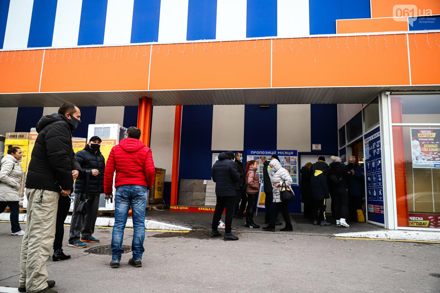 Защитные ленты на товарах, неработающие ТРЦ и полузакрытые рынки – фоторепортаж о первом дне локдауна в Запорожье, фото-35