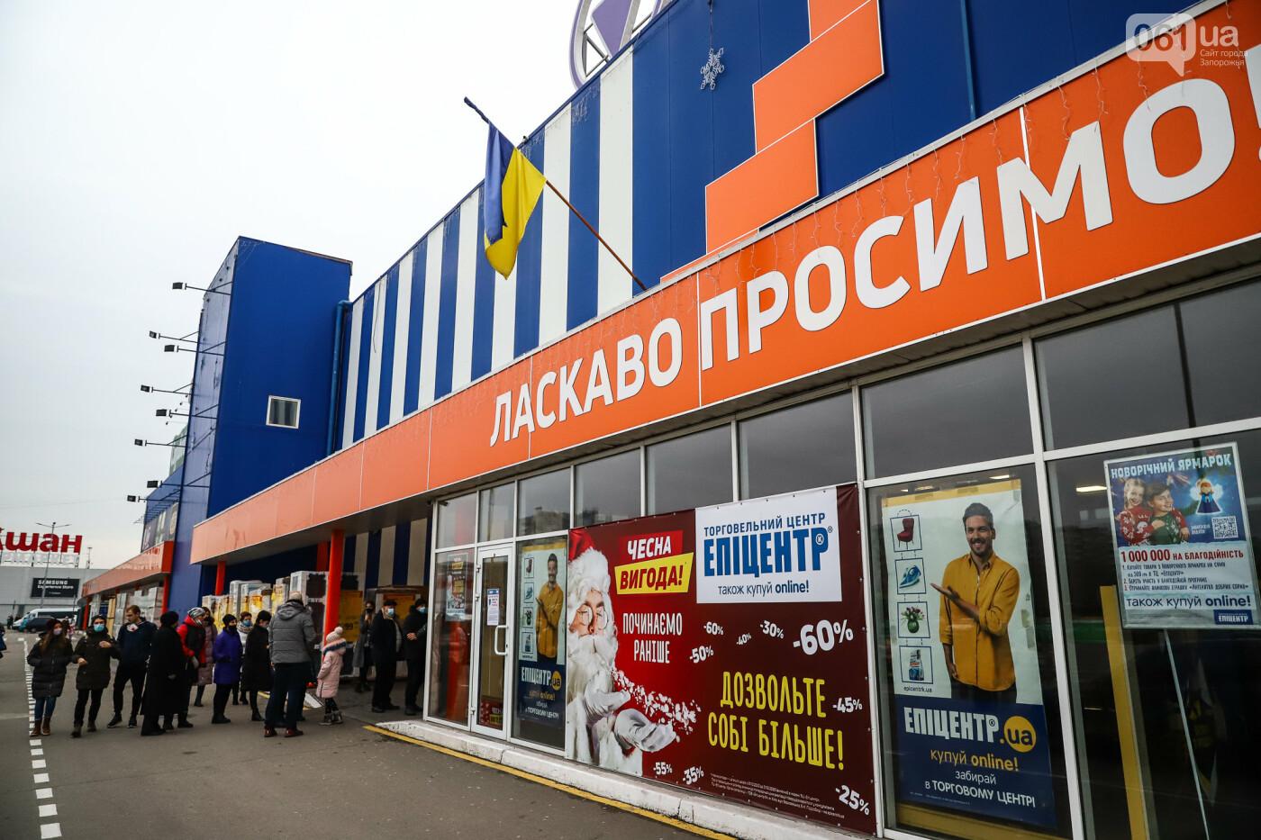 Защитные ленты на товарах, неработающие ТРЦ и полузакрытые рынки – фоторепортаж о первом дне локдауна в Запорожье, фото-38