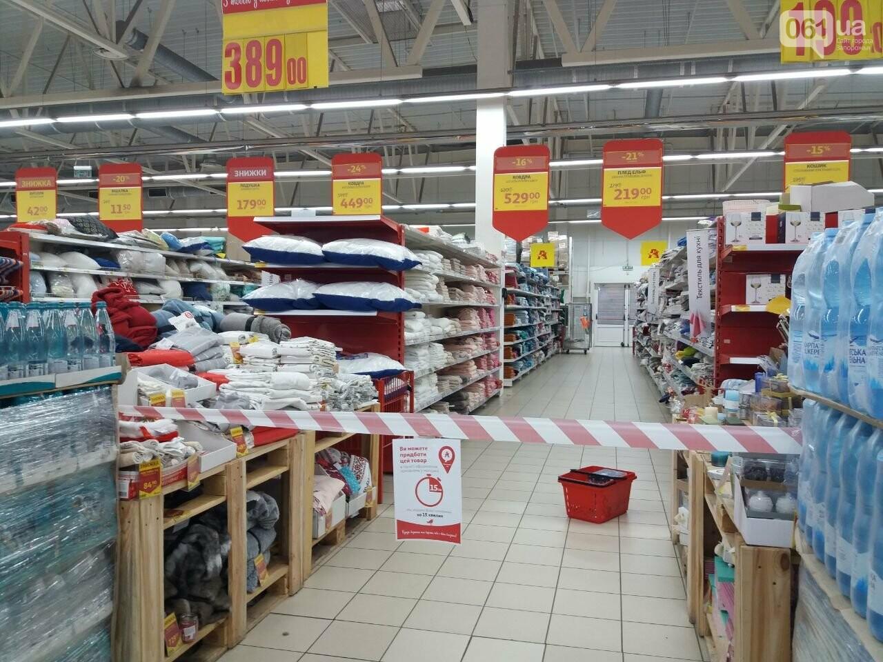 Защитные ленты на товарах, неработающие ТРЦ и полузакрытые рынки – фоторепортаж о первом дне локдауна в Запорожье, фото-32