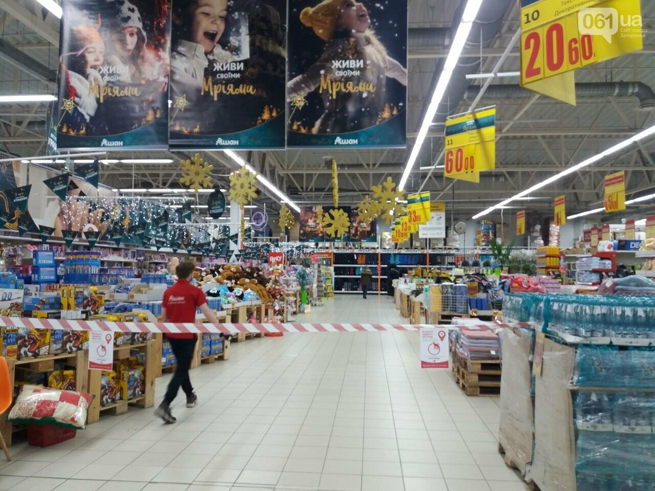 Защитные ленты на товарах, неработающие ТРЦ и полузакрытые рынки – фоторепортаж о первом дне локдауна в Запорожье, фото-31