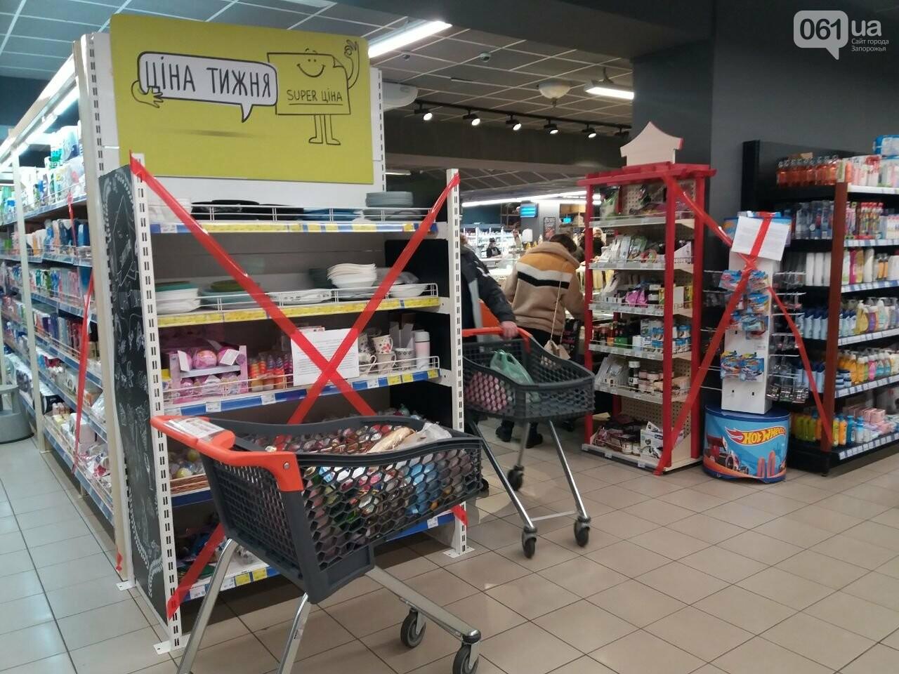 Защитные ленты на товарах, неработающие ТРЦ и полузакрытые рынки – фоторепортаж о первом дне локдауна в Запорожье, фото-22