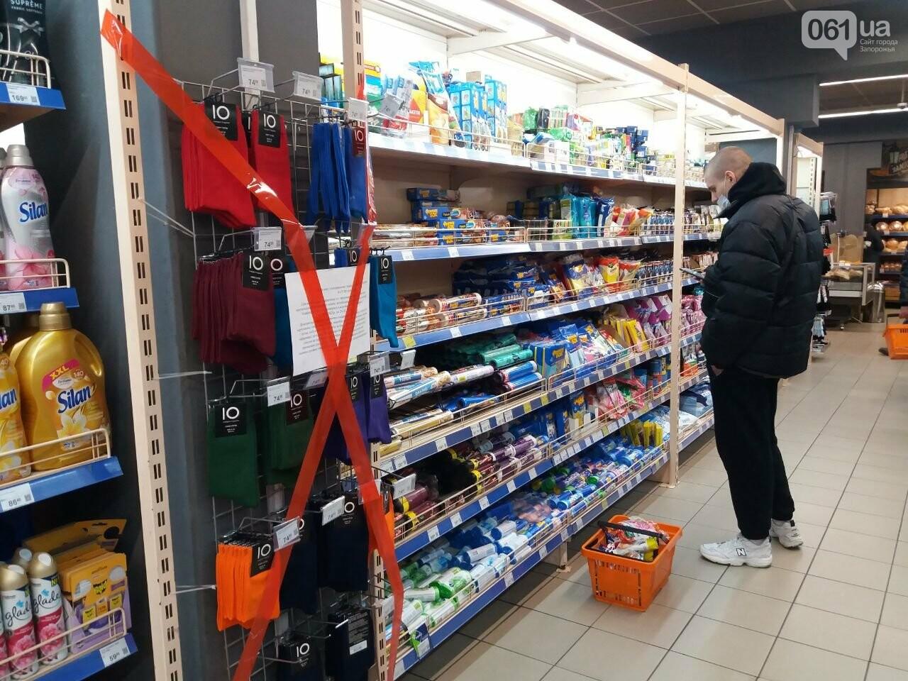 Защитные ленты на товарах, неработающие ТРЦ и полузакрытые рынки – фоторепортаж о первом дне локдауна в Запорожье, фото-18