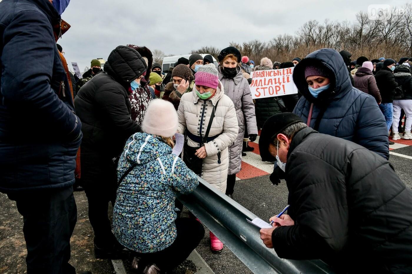 Жители Вольнянска перекрыли трассу и ждут губернатора, - ФОТО, ВИДЕО , фото-18