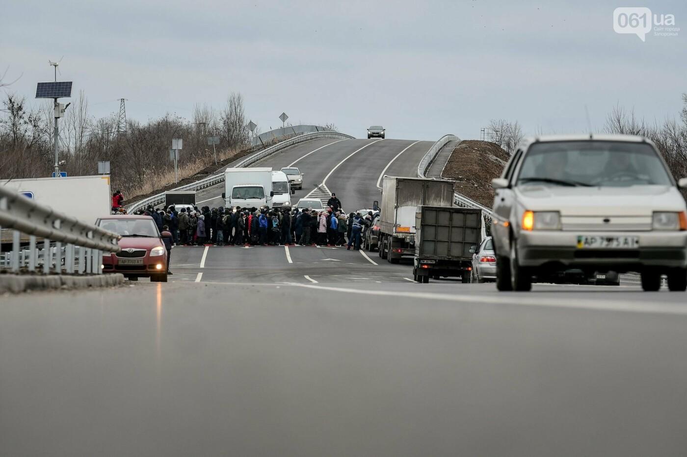 Жители Вольнянска перекрыли трассу и ждут губернатора, - ФОТО, ВИДЕО , фото-11