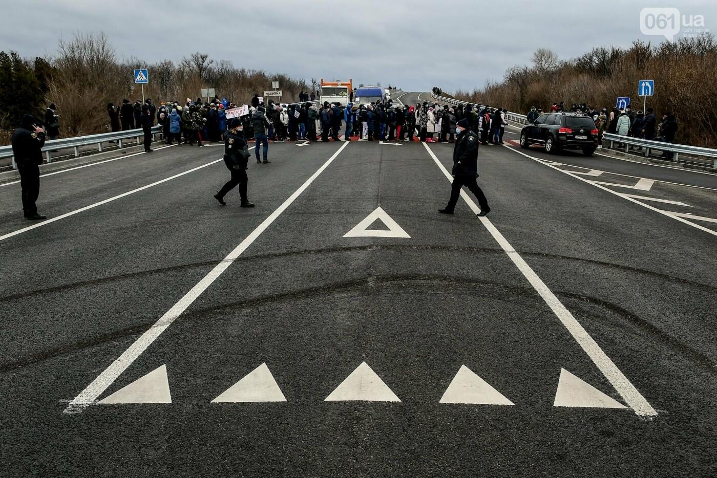 Жители Вольнянска перекрыли трассу и ждут губернатора, - ФОТО, ВИДЕО , фото-13