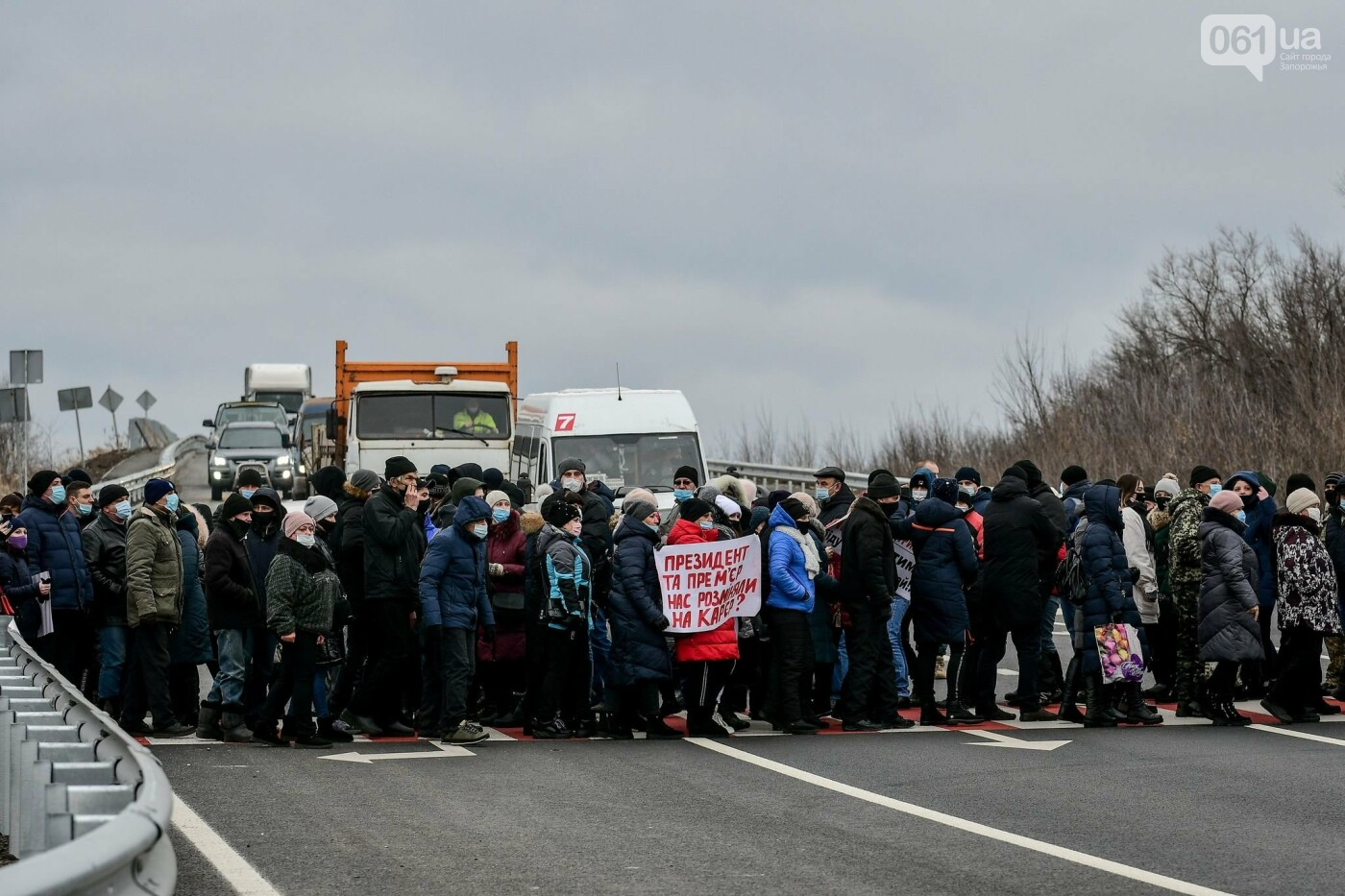 Жители Вольнянска перекрыли трассу и ждут губернатора, - ФОТО, ВИДЕО , фото-2