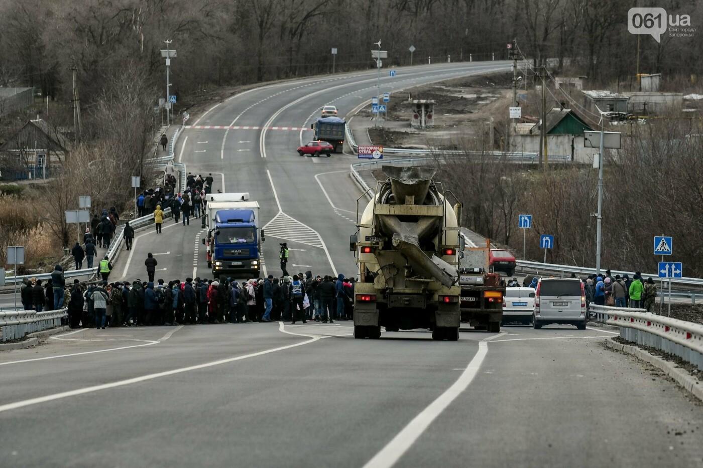 Жители Вольнянска перекрыли трассу и ждут губернатора, - ФОТО, ВИДЕО , фото-5