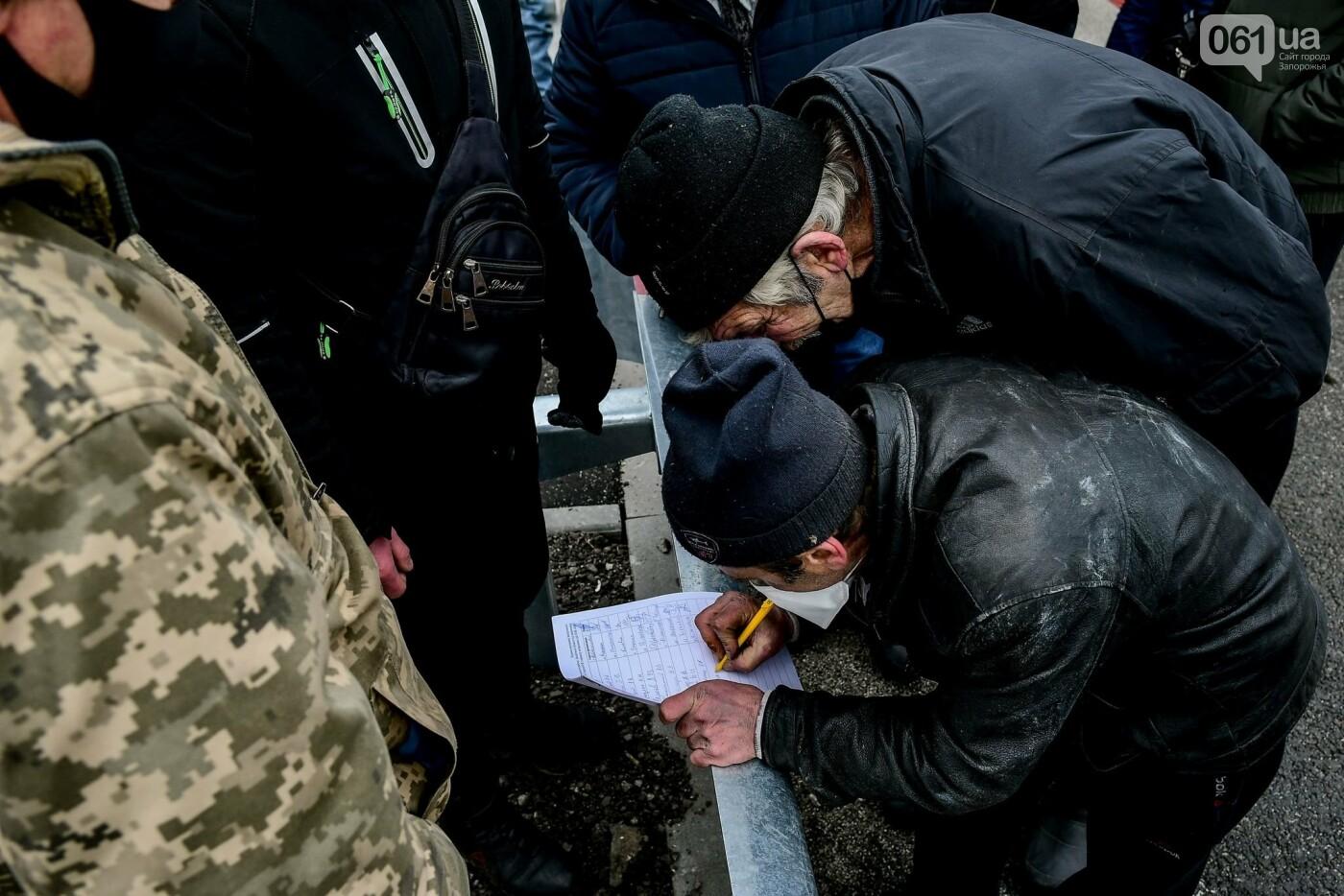 Жители Вольнянска перекрыли трассу и ждут губернатора, - ФОТО, ВИДЕО , фото-10