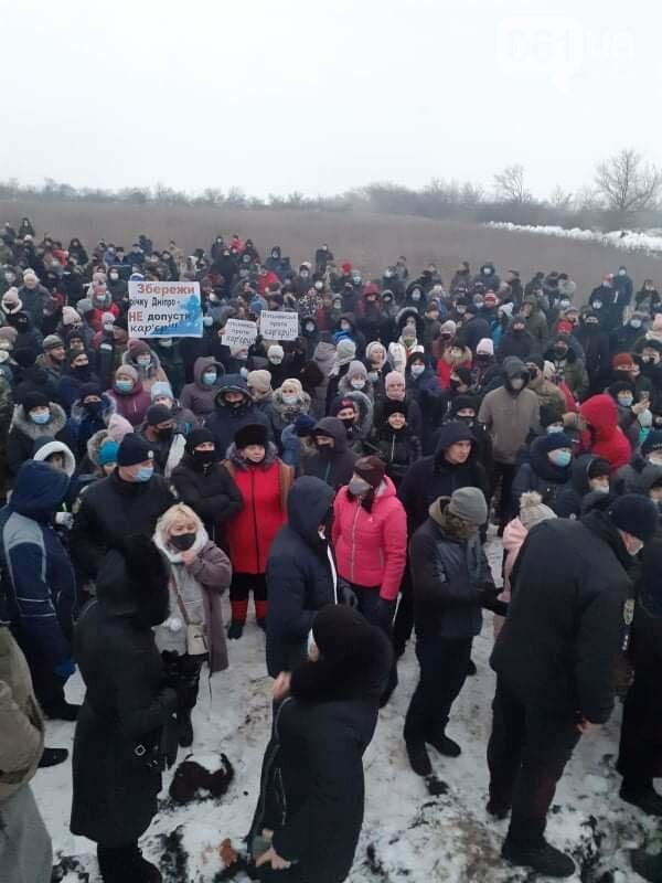 Жители Вольнянска, выступающие против строительства каолинового карьера, митингуют под райотделом , фото-2