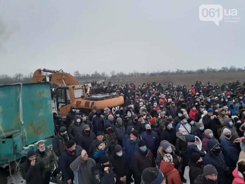 Жители Вольнянска, выступающие против строительства каолинового карьера, митингуют под райотделом , фото-4