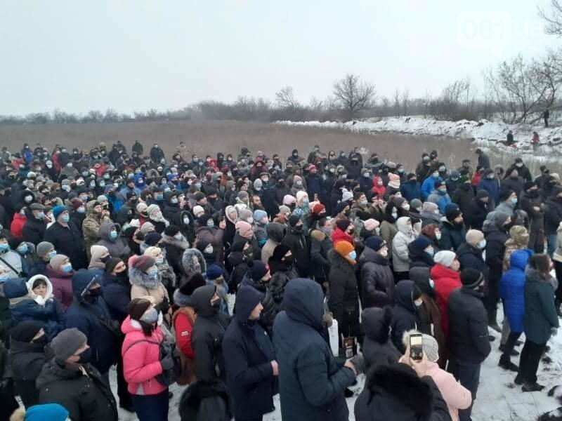 Жители Вольнянска, выступающие против строительства каолинового карьера, митингуют под райотделом , фото-1