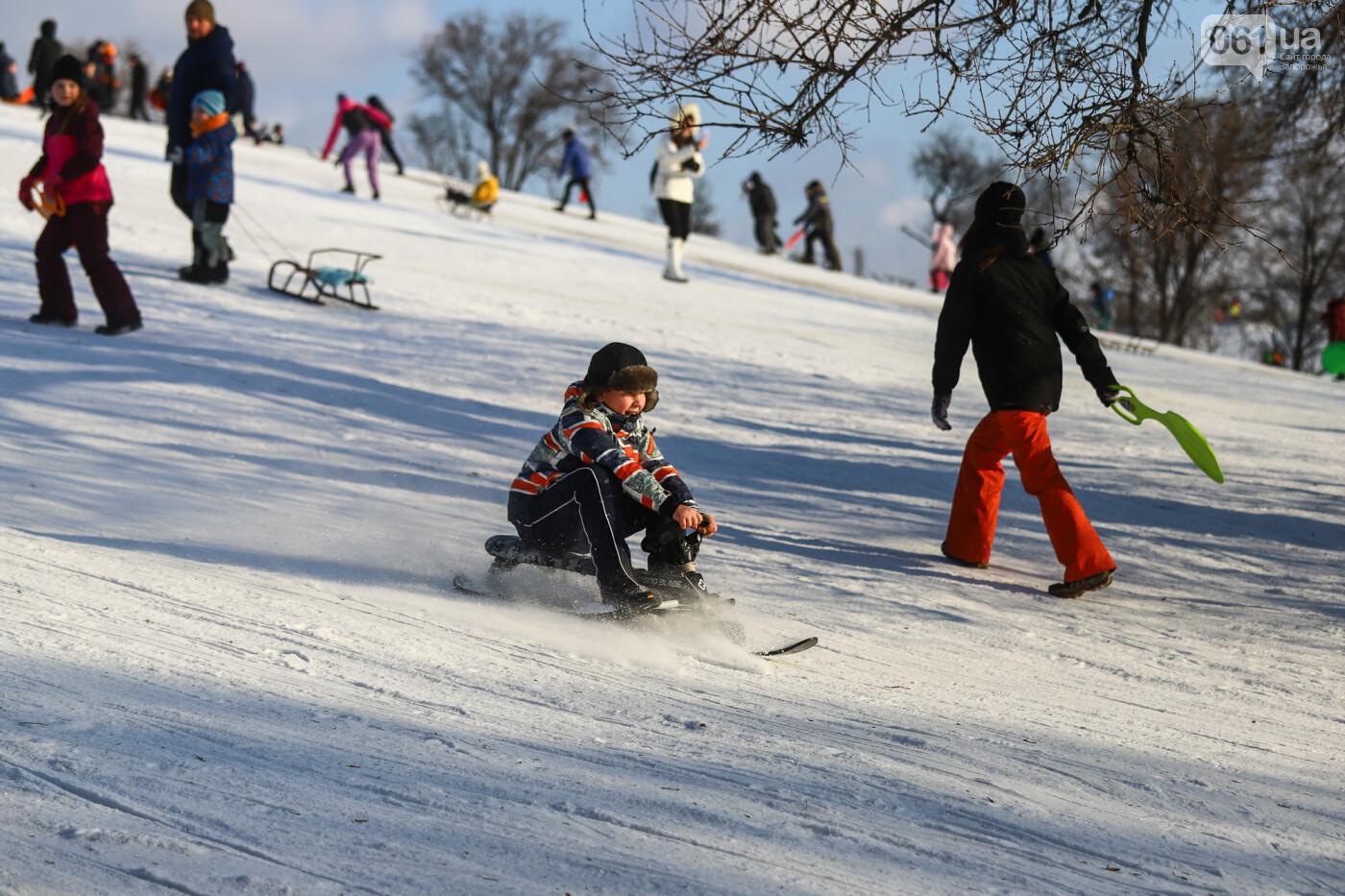 На санках, лыжах и сноуборде: запорожцы устроили массовое катание с горок в Вознесеновском парке, - ФОТОРЕПОРТАЖ, фото-20