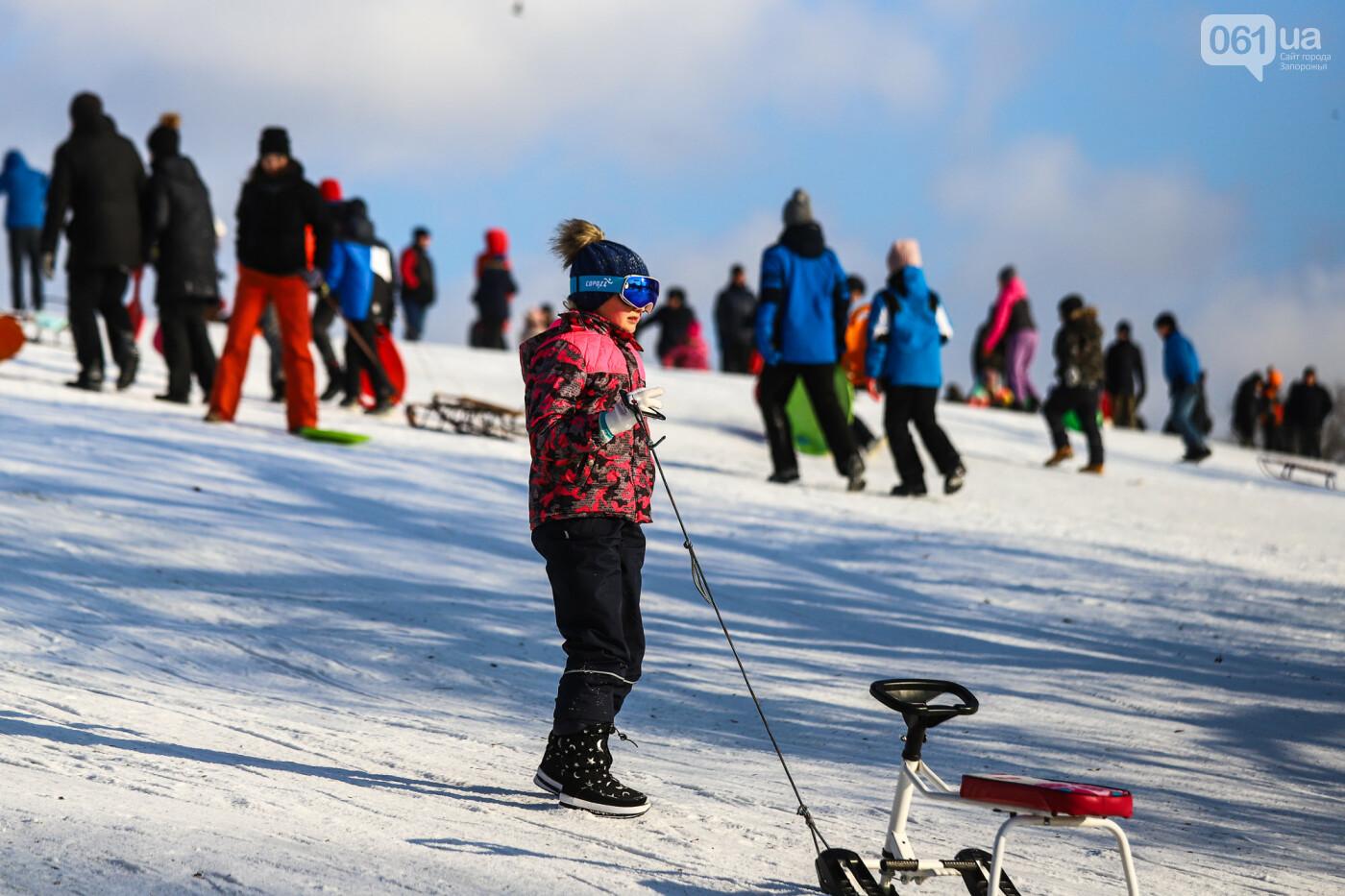 На санках, лыжах и сноуборде: запорожцы устроили массовое катание с горок в Вознесеновском парке, - ФОТОРЕПОРТАЖ, фото-21