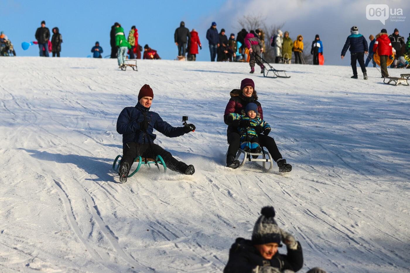 На санках, лыжах и сноуборде: запорожцы устроили массовое катание с горок в Вознесеновском парке, - ФОТОРЕПОРТАЖ, фото-22