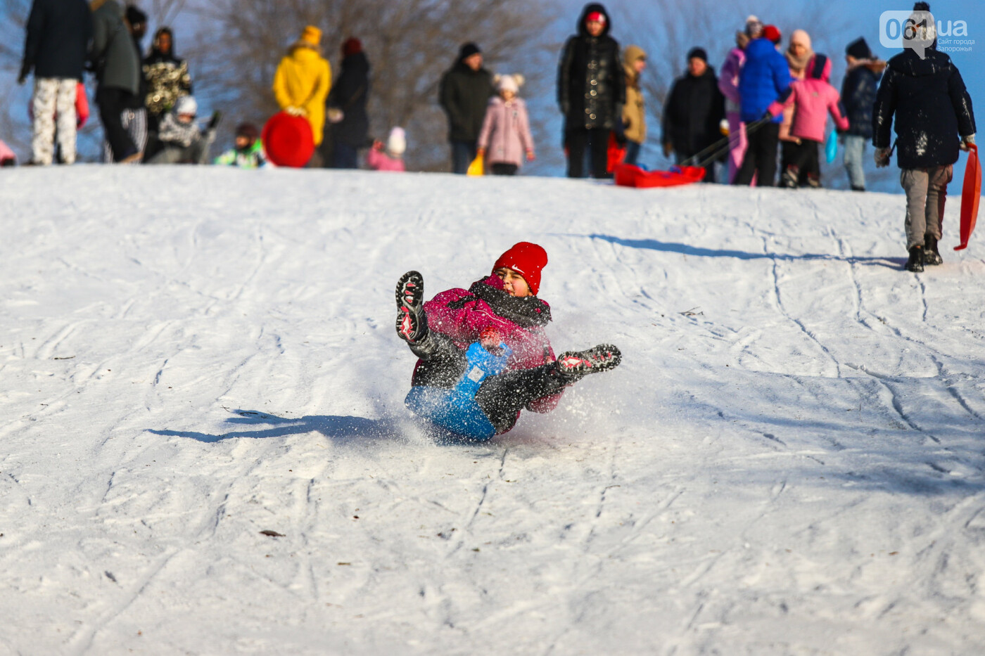 На санках, лыжах и сноуборде: запорожцы устроили массовое катание с горок в Вознесеновском парке, - ФОТОРЕПОРТАЖ, фото-23