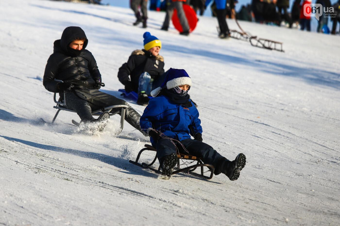 На санках, лыжах и сноуборде: запорожцы устроили массовое катание с горок в Вознесеновском парке, - ФОТОРЕПОРТАЖ, фото-24