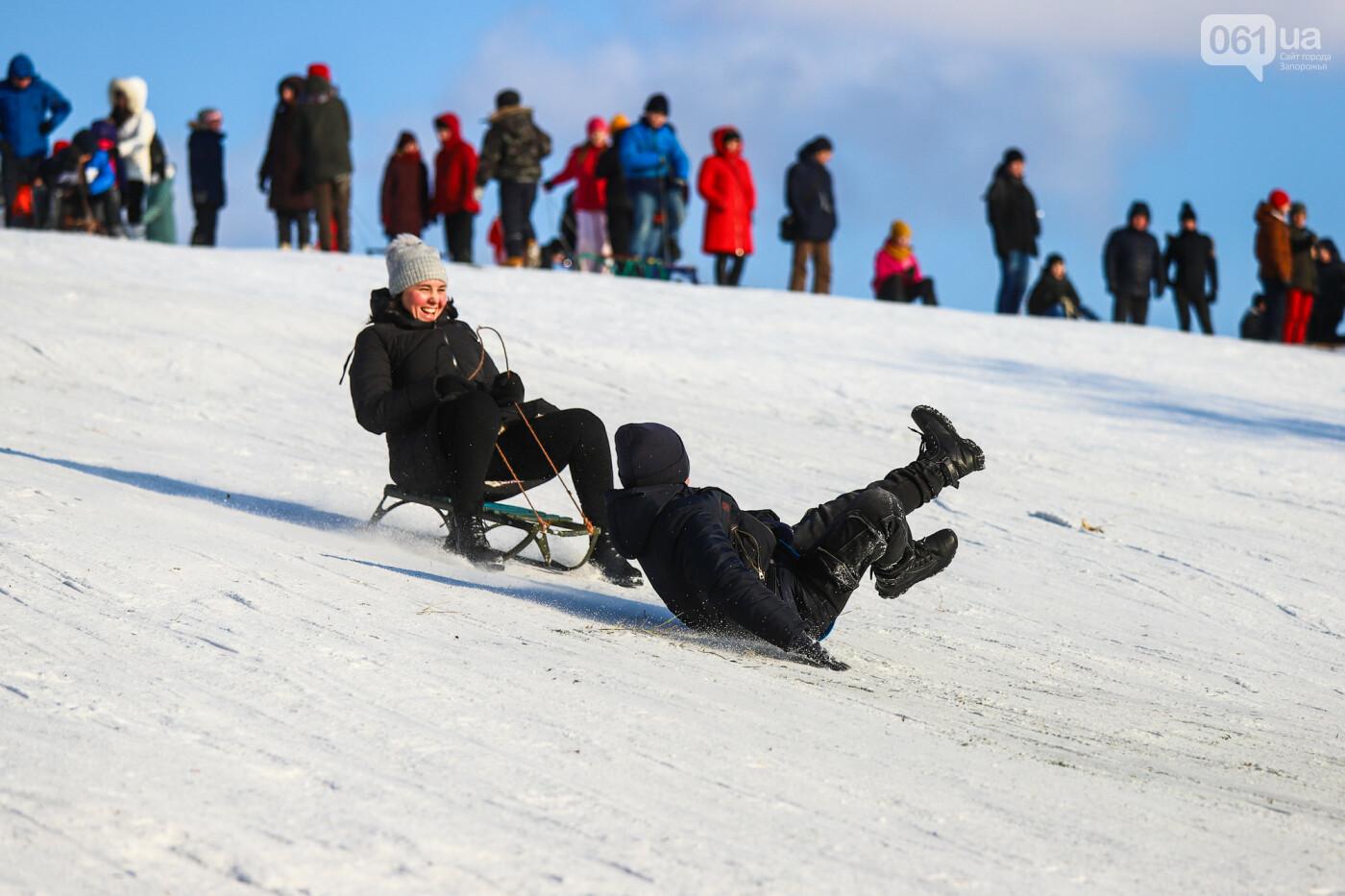 На санках, лыжах и сноуборде: запорожцы устроили массовое катание с горок в Вознесеновском парке, - ФОТОРЕПОРТАЖ, фото-25