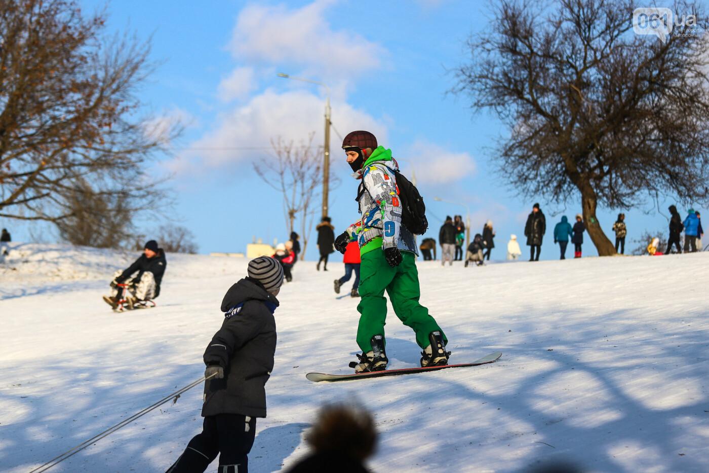 На санках, лыжах и сноуборде: запорожцы устроили массовое катание с горок в Вознесеновском парке, - ФОТОРЕПОРТАЖ, фото-28