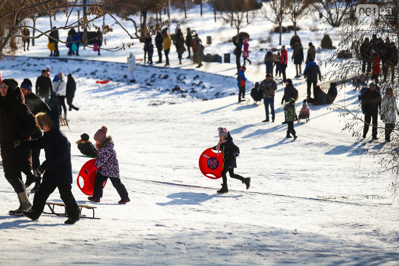 На санках, лыжах и сноуборде: запорожцы устроили массовое катание с горок в Вознесеновском парке, - ФОТОРЕПОРТАЖ, фото-31