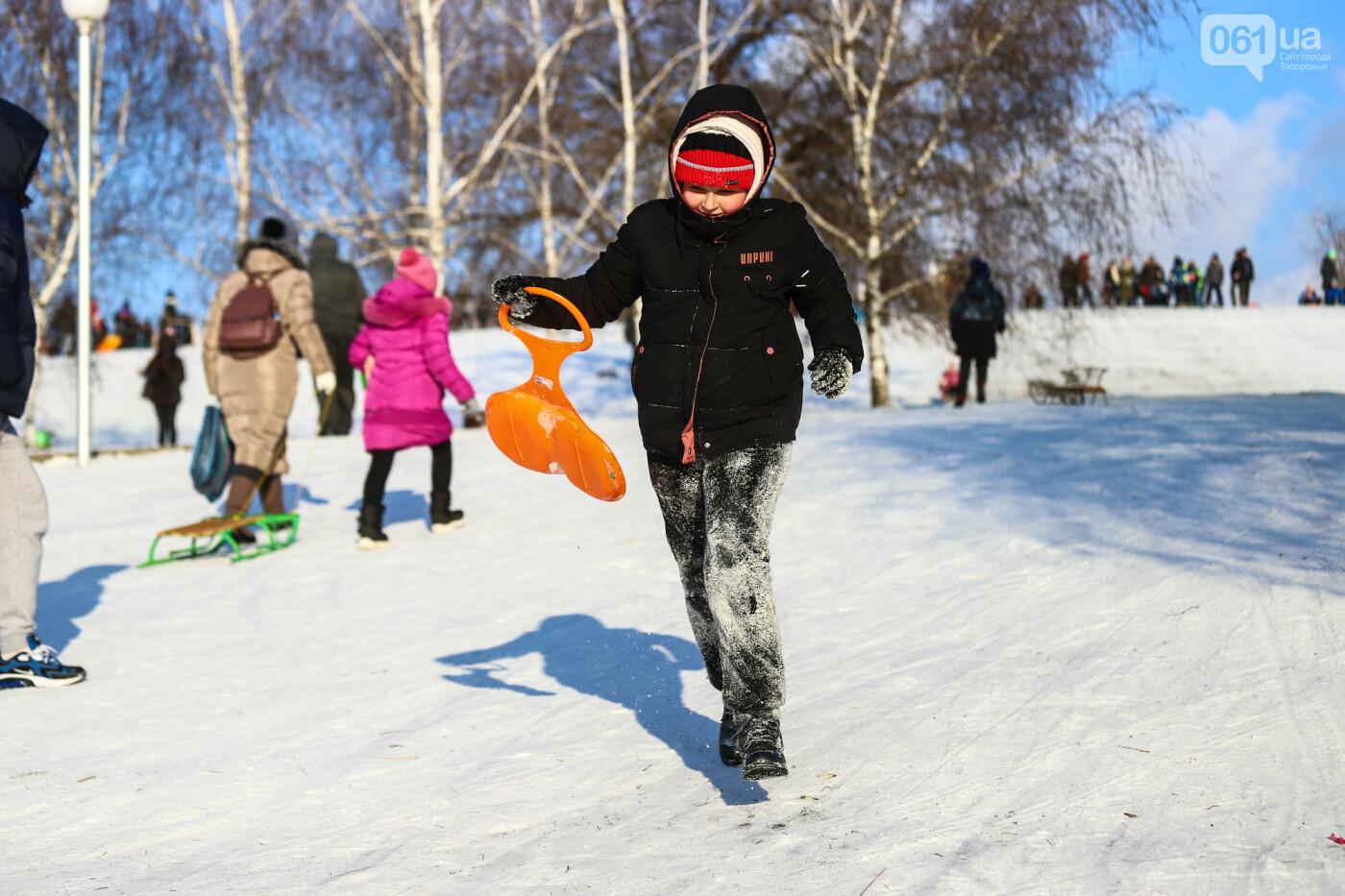 На санках, лыжах и сноуборде: запорожцы устроили массовое катание с горок в Вознесеновском парке, - ФОТОРЕПОРТАЖ, фото-32
