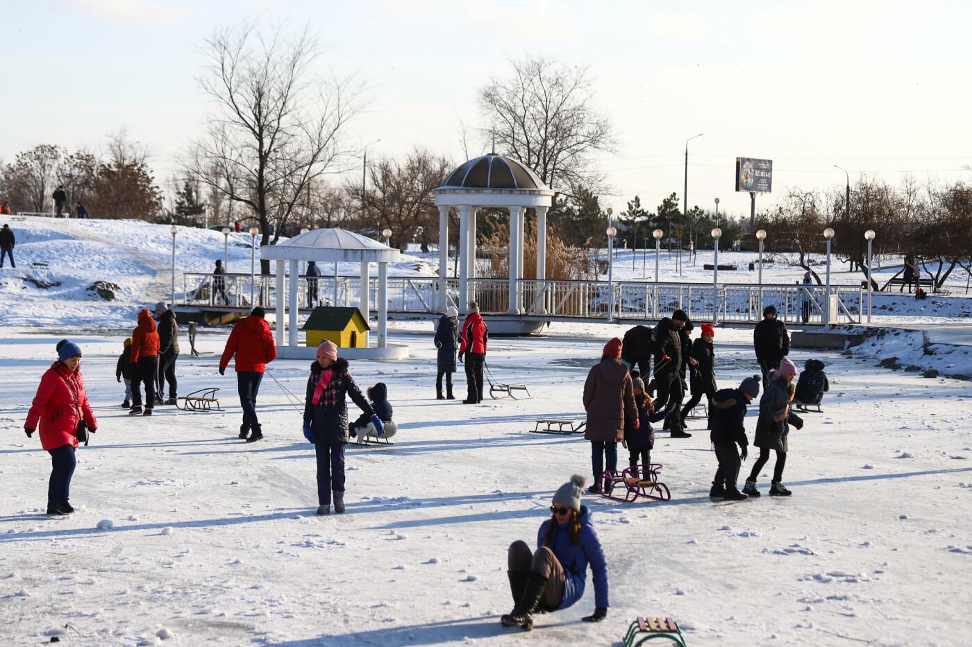 На санках, лыжах и сноуборде: запорожцы устроили массовое катание с горок в Вознесеновском парке, - ФОТОРЕПОРТАЖ, фото-33
