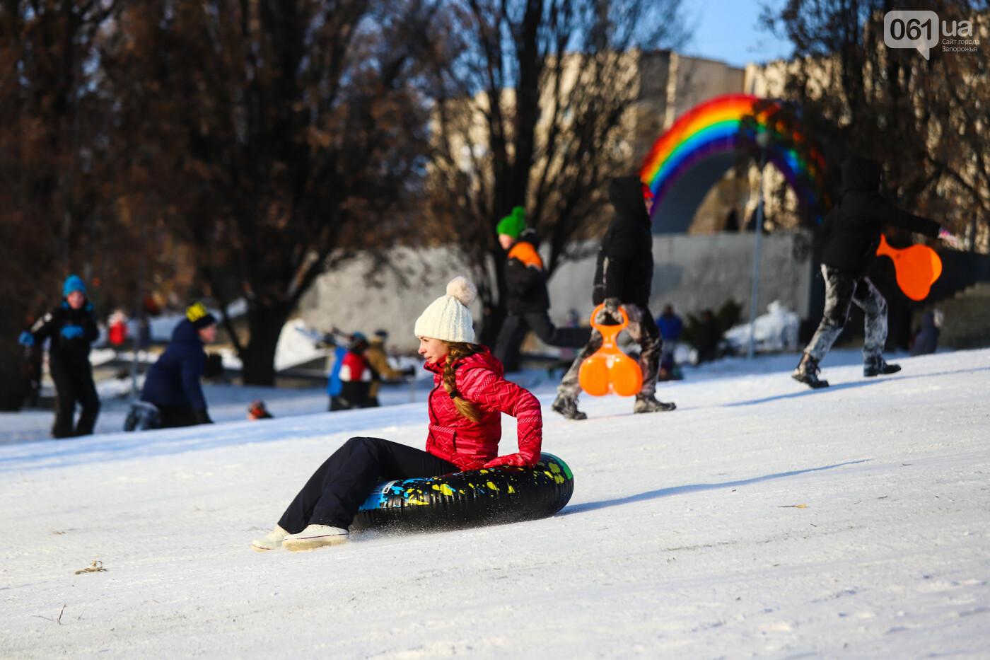 На санках, лыжах и сноуборде: запорожцы устроили массовое катание с горок в Вознесеновском парке, - ФОТОРЕПОРТАЖ, фото-36
