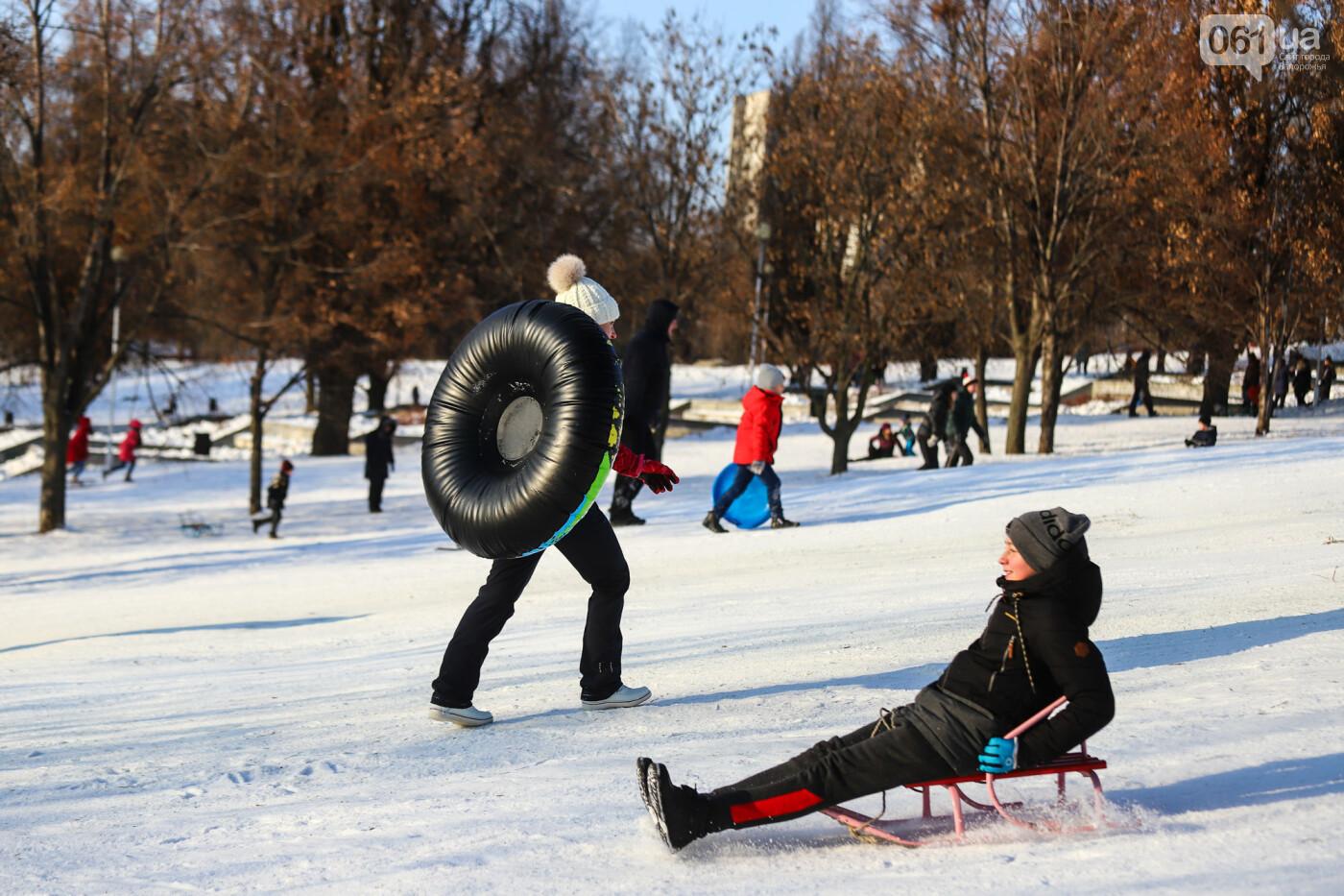 На санках, лыжах и сноуборде: запорожцы устроили массовое катание с горок в Вознесеновском парке, - ФОТОРЕПОРТАЖ, фото-37