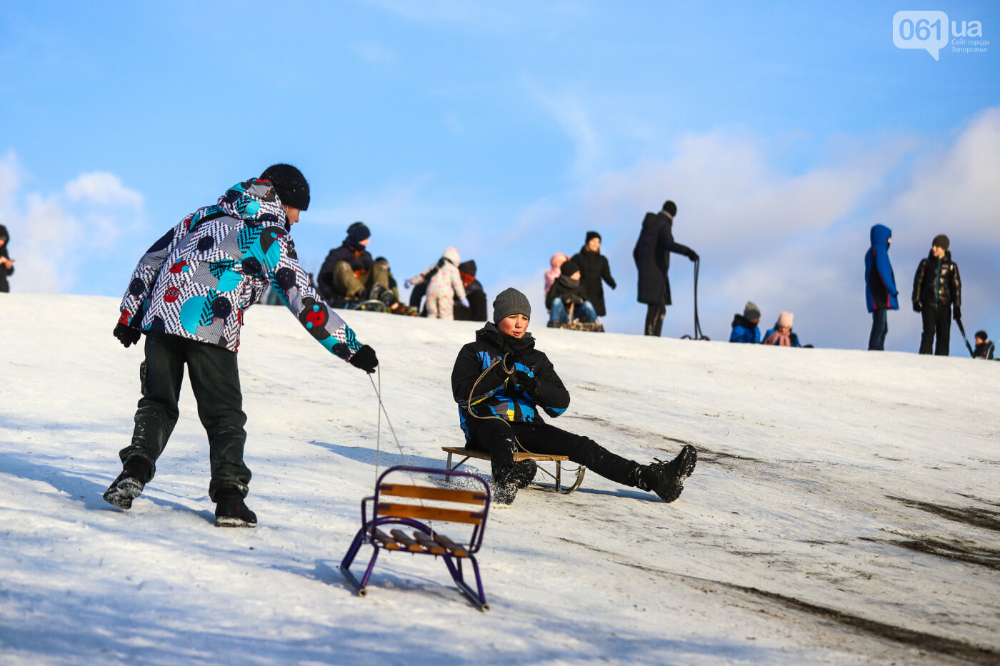 На санках, лыжах и сноуборде: запорожцы устроили массовое катание с горок в Вознесеновском парке, - ФОТОРЕПОРТАЖ, фото-38