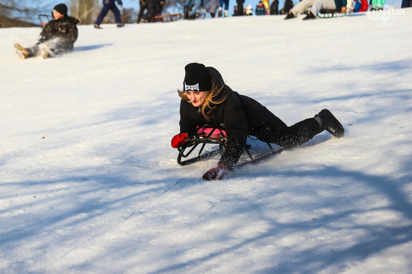 На санках, лыжах и сноуборде: запорожцы устроили массовое катание с горок в Вознесеновском парке, - ФОТОРЕПОРТАЖ, фото-39