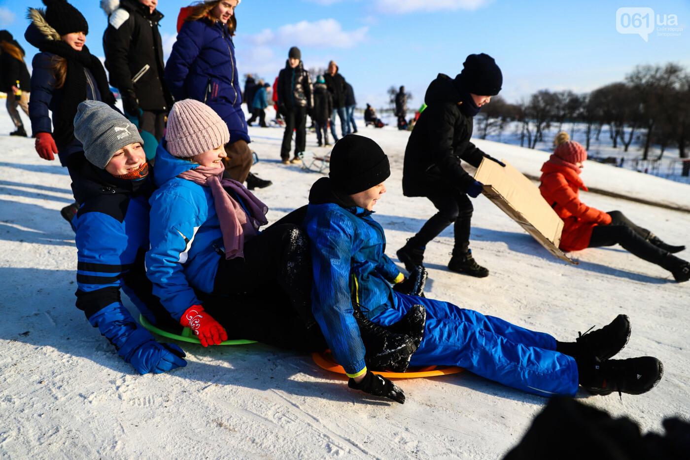 На санках, лыжах и сноуборде: запорожцы устроили массовое катание с горок в Вознесеновском парке, - ФОТОРЕПОРТАЖ, фото-40