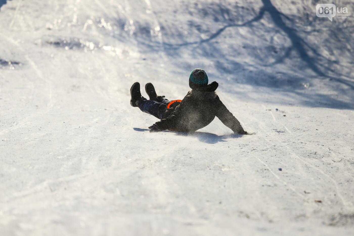 На санках, лыжах и сноуборде: запорожцы устроили массовое катание с горок в Вознесеновском парке, - ФОТОРЕПОРТАЖ, фото-45