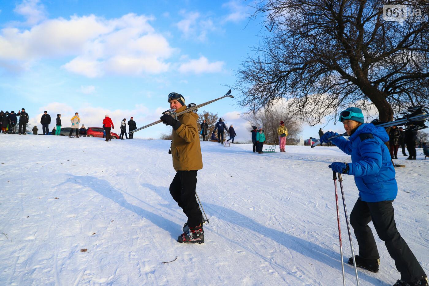 На санках, лыжах и сноуборде: запорожцы устроили массовое катание с горок в Вознесеновском парке, - ФОТОРЕПОРТАЖ, фото-12