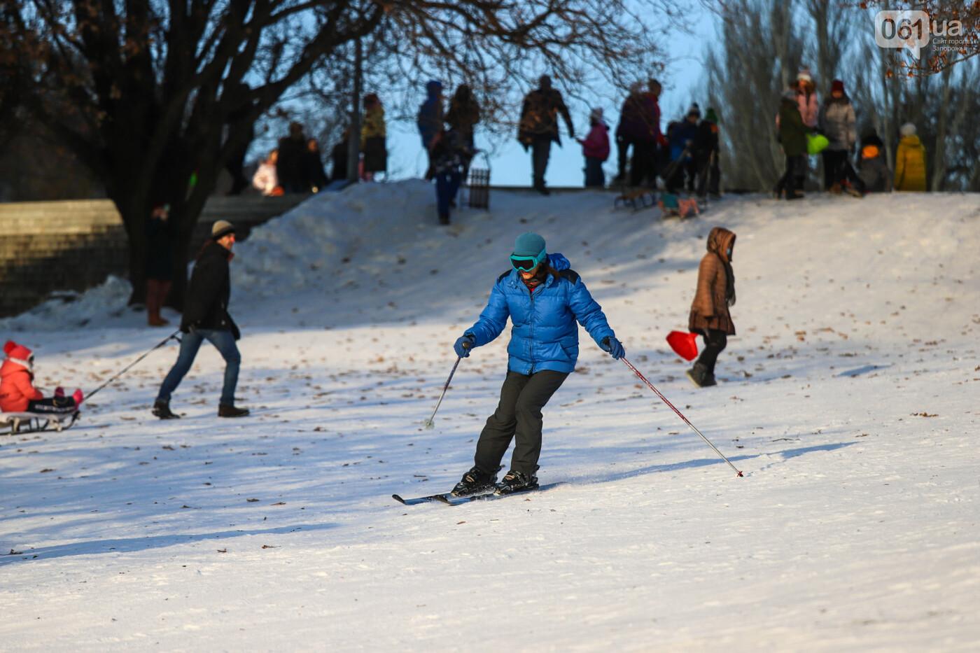 На санках, лыжах и сноуборде: запорожцы устроили массовое катание с горок в Вознесеновском парке, - ФОТОРЕПОРТАЖ, фото-10
