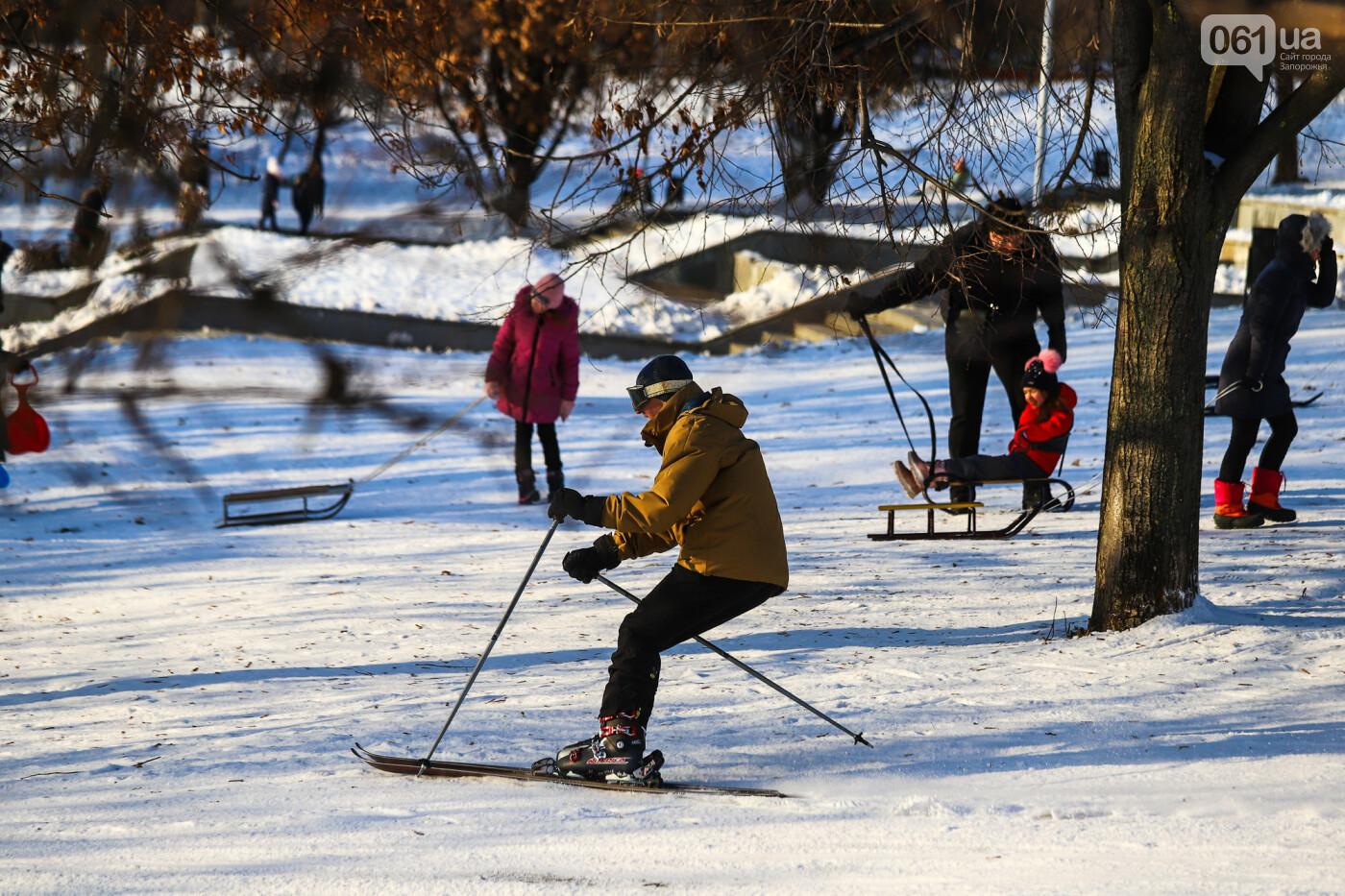 На санках, лыжах и сноуборде: запорожцы устроили массовое катание с горок в Вознесеновском парке, - ФОТОРЕПОРТАЖ, фото-11