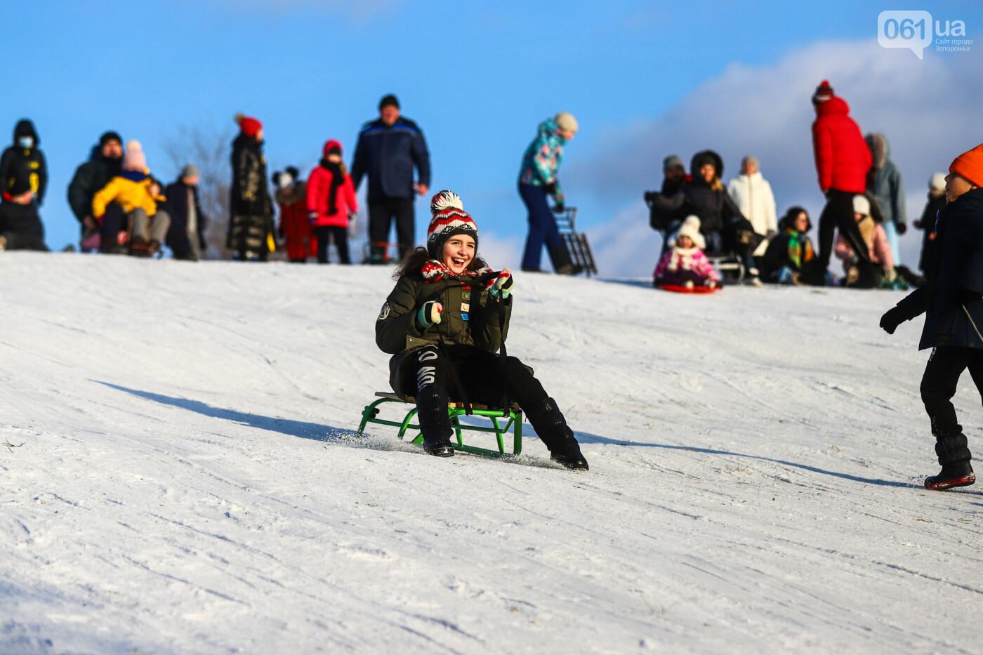 На санках, лыжах и сноуборде: запорожцы устроили массовое катание с горок в Вознесеновском парке, - ФОТОРЕПОРТАЖ, фото-46